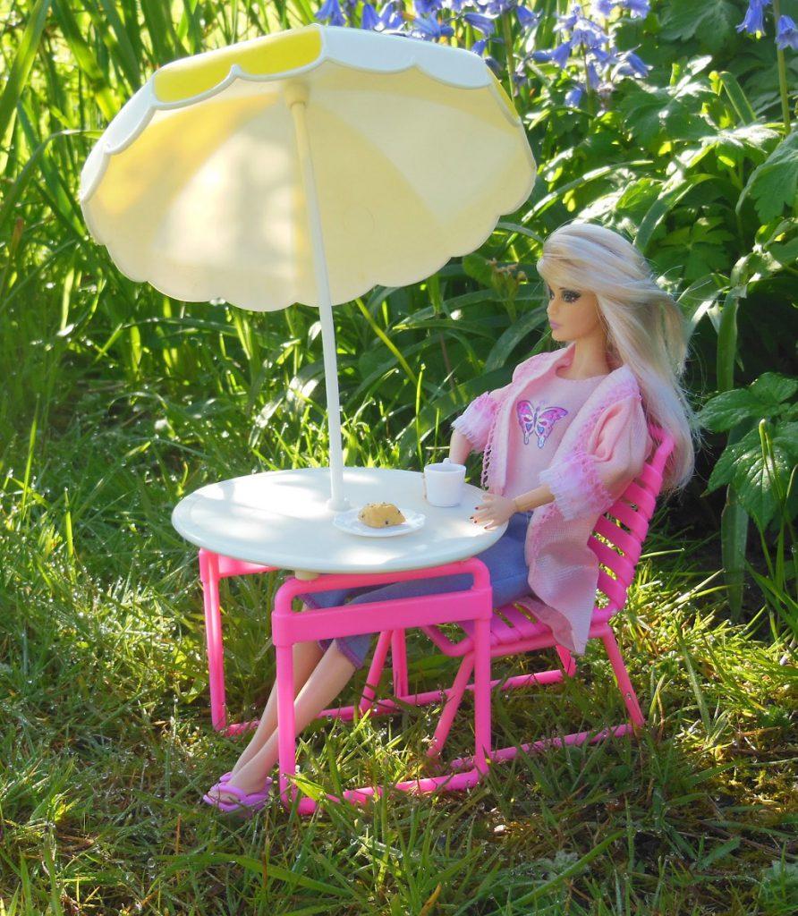 Cathy déjeune dans le jardin