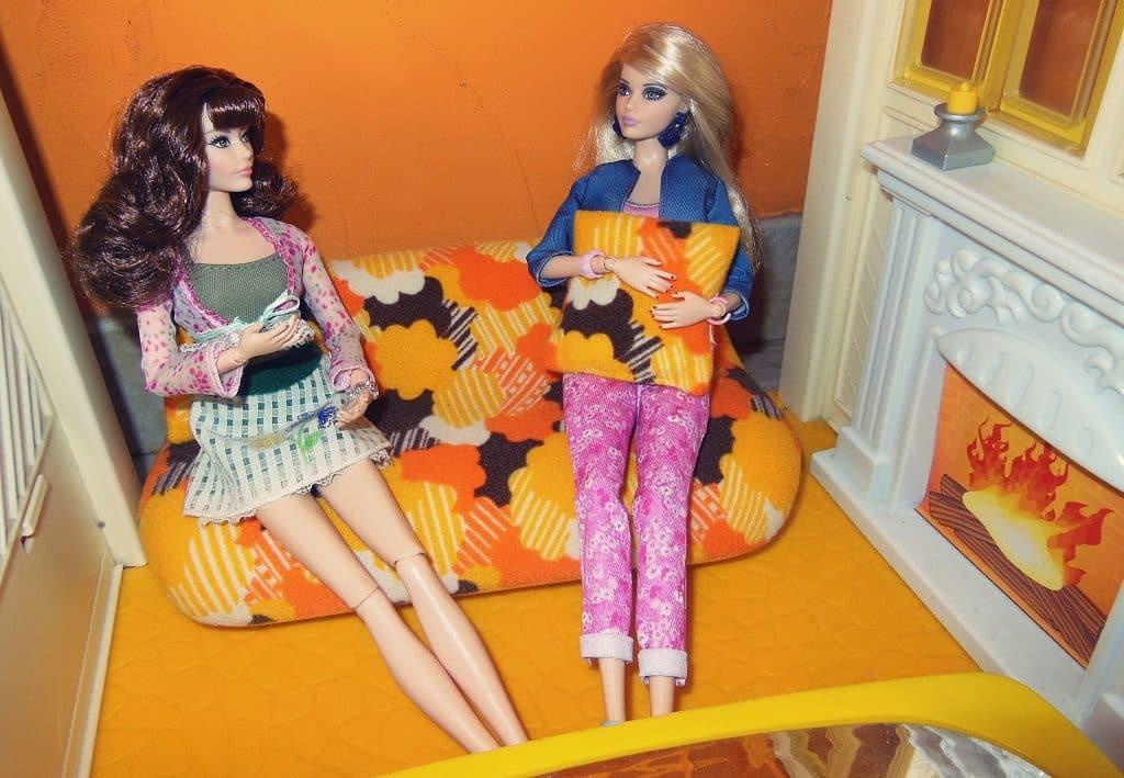 Cathy et Caroline dans le canapé