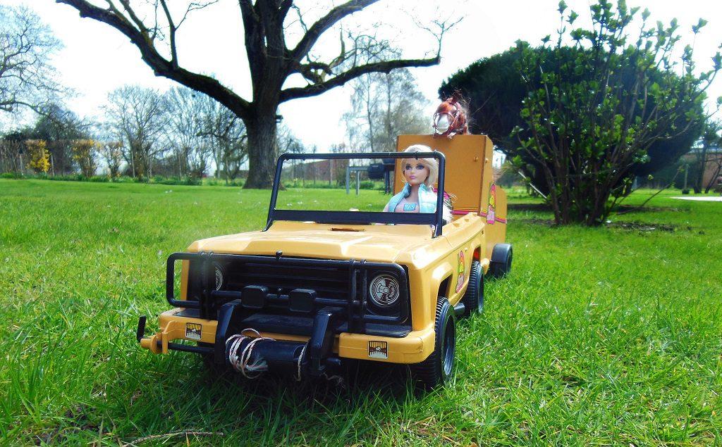 Cathy dans sa Jeep